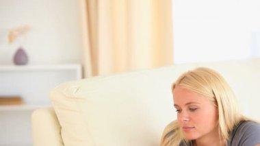 女はソファの上に横たわっている間雑誌を読んで — ストックビデオ