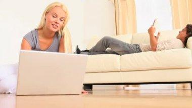 человек, чтение в то время как его женщина поиск в интернете — Стоковое видео