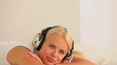Relaxing woman with earphones — Stock Video #20141475
