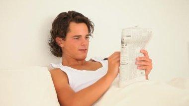 Man die een crosswordpuzzle op te lossen — Stockvideo
