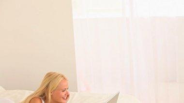 Charmig ung kvinna med en bärbar dator — Stockvideo