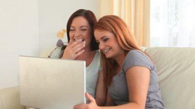 аплодисменты женщин с ноутбуком — Стоковое видео