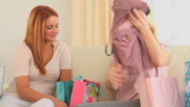 Jonge vrouw een nieuwe jurk tonen aan haar vriend — Stockvideo