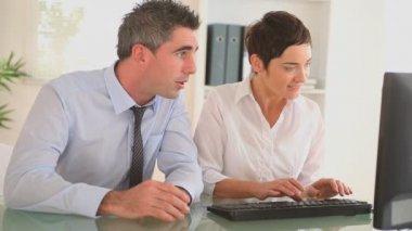 坐在一张桌子 businessmpartners — 图库视频影像