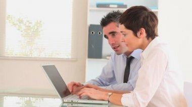 Les gens d'affaires avec un ordinateur portable — Vidéo