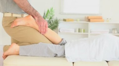 Chiropractor massaging a woman's leg — Stock Video