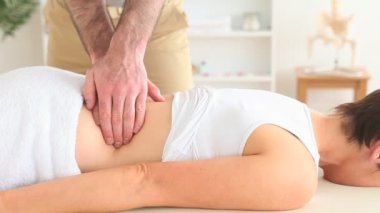 Masseur massaging a woman's back — Stok video