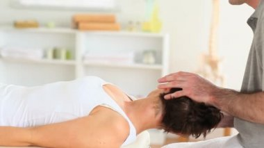 Chiropractor stretching a woman's neck — Stock Video