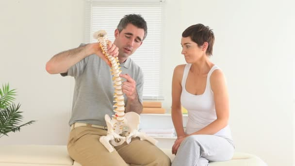Chiropractor explaining the spine — Vidéo