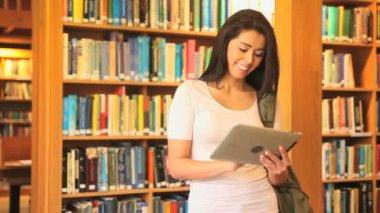 Student met een tablet doen onderzoek — Stockvideo