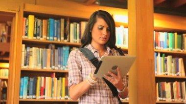 Jonge student met een tablet pc — Stockvideo