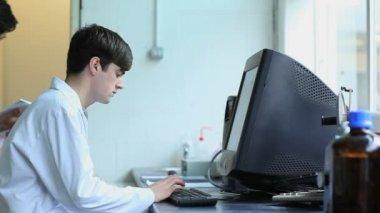 Wetenschapper met een computer — Stockvideo