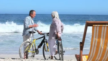 Couple with bikes together at beach — Stock Video