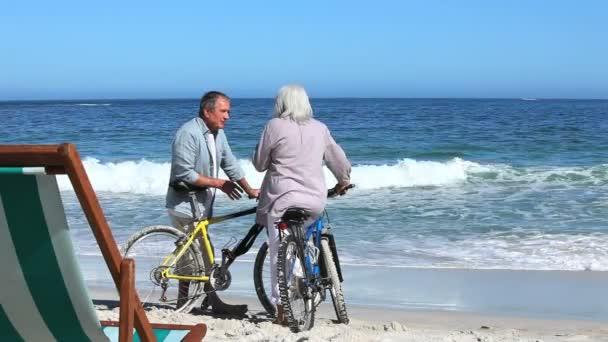 Couple avec vélos à la plage — Vidéo