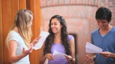 šťastní studenti obdrží dobré zprávy — Stock video