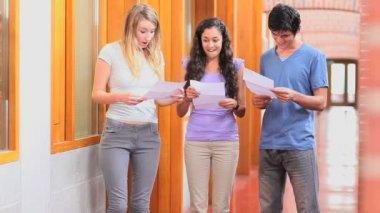 Student obdrží výsledky zkoušek — Stock video