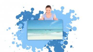 Mladá žena ukazuje muže s surfovací prkno — Stock video