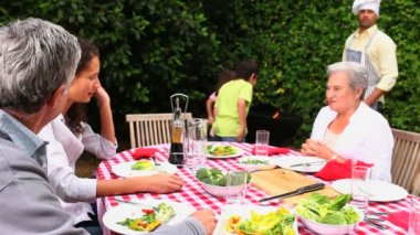Family talking at barbecue — Vídeo de stock