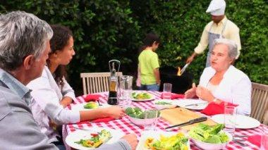 семья, гриль на улице — Стоковое видео