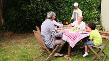 Grelhados no churrasco com a família de marido — Vídeo Stock