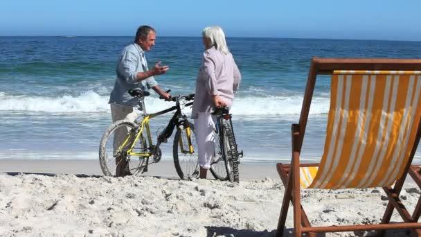 Cyclistes parler sur la plage — Vidéo