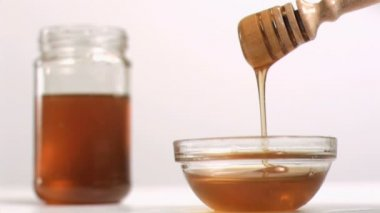 Honey flowing in super slow motion from a spoon — Stock Video