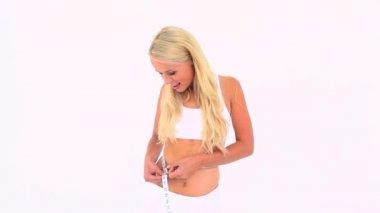 Blondine ihre taille messen — Stockvideo