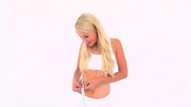 Rubia midiendo la cintura — Vídeo de Stock