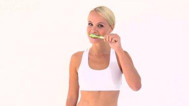 Blondin borsta hennes tänder — Stockvideo