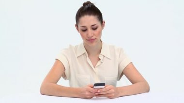 年轻女子发送文本消息 — 图库视频影像