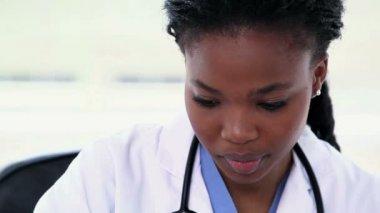 Zbliżenie: czarny kobiece kobieta lekarz — Wideo stockowe