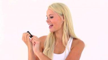 Lächelnde blondine heben ihre nägel — Stockvideo