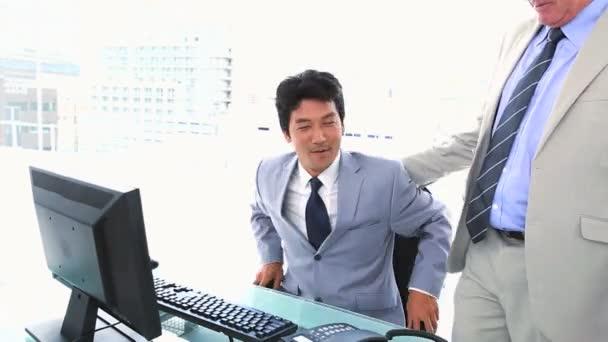 Homme d'affaires, laissant son siège à son patron — Vidéo