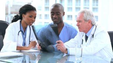 严重医生和实习生看 x 射线 — 图库视频影像