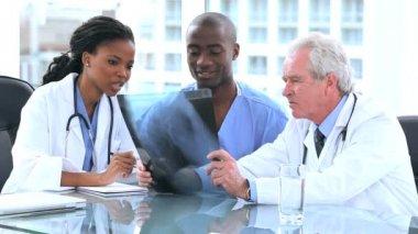 Les médecins sérieux et stagiaire en regardant une radiographie — Vidéo