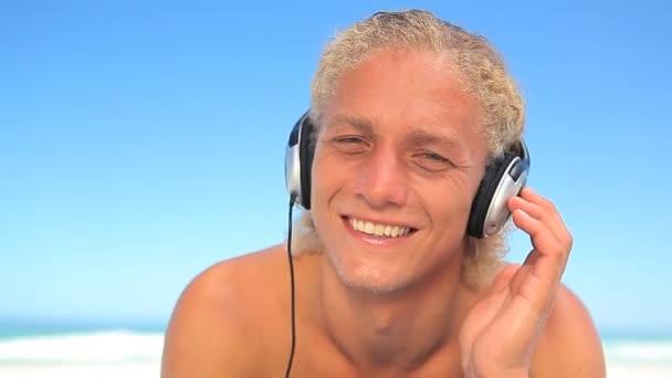 Blonde homme, écouter de la musique avec des écouteurs — Vidéo
