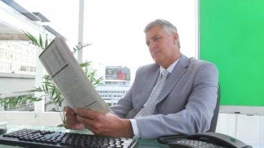 Businessman reading a newspaper — Stock Video
