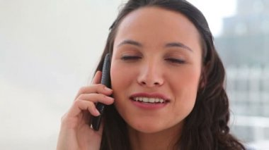 Donna sorridente come lei parla al telefono — Video Stock
