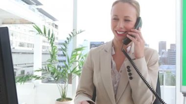 Businesswoman happy as she talks on the phone — Stock Video