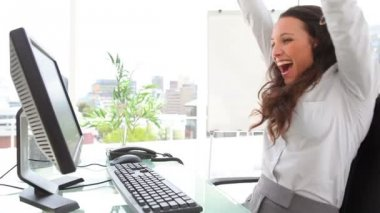 Businesswoman celebrating and kissing the monitor — Stock Video