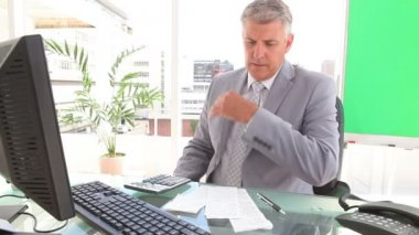 Serious businessman calculating bills — Vidéo
