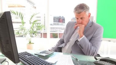 Homme d'affaires agacé contemplant — Vidéo