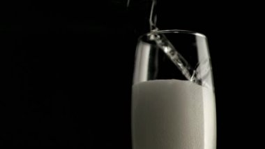 Champagne foam in a super slow motion filling a champagne flute glass — Stock Video