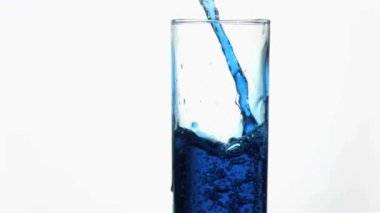 Blue liquid in super slow motion overflowing in a glass near th edge — Stock Video
