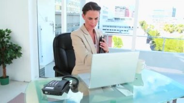 Businesswoman late for a meeting picking up the phone — Stock Video