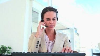 Femme d'affaires de travail et s'exprimant avec un casque — Vidéo