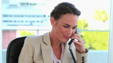 Businesswoman on the phone and looking at camera — Stock Video