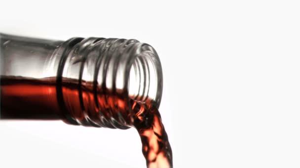 Gros plan, liquide rouge dans un super slow motion qui coule de l'engorgement de verre — Vidéo
