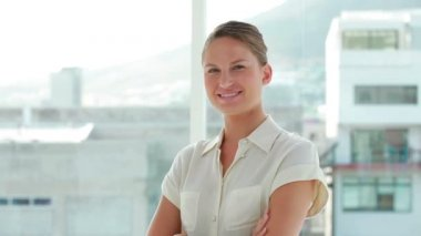 Portrait of a young businesswoman the arms crossed — Stock Video
