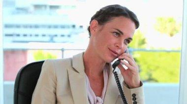 Goed geklede vrouw bellen — Stockvideo